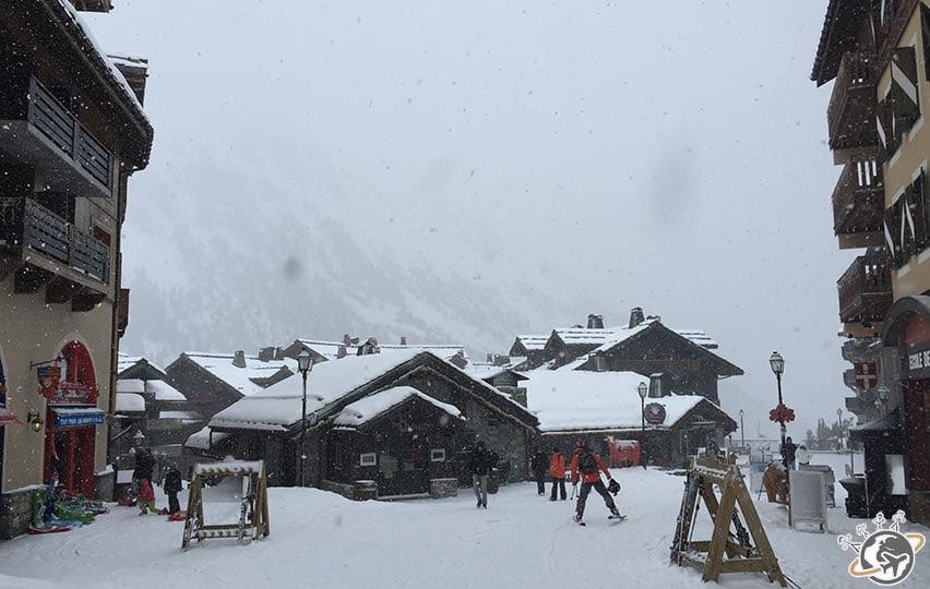 la place du village Arc 1950 sous la neige à notre arrivée en février 2015