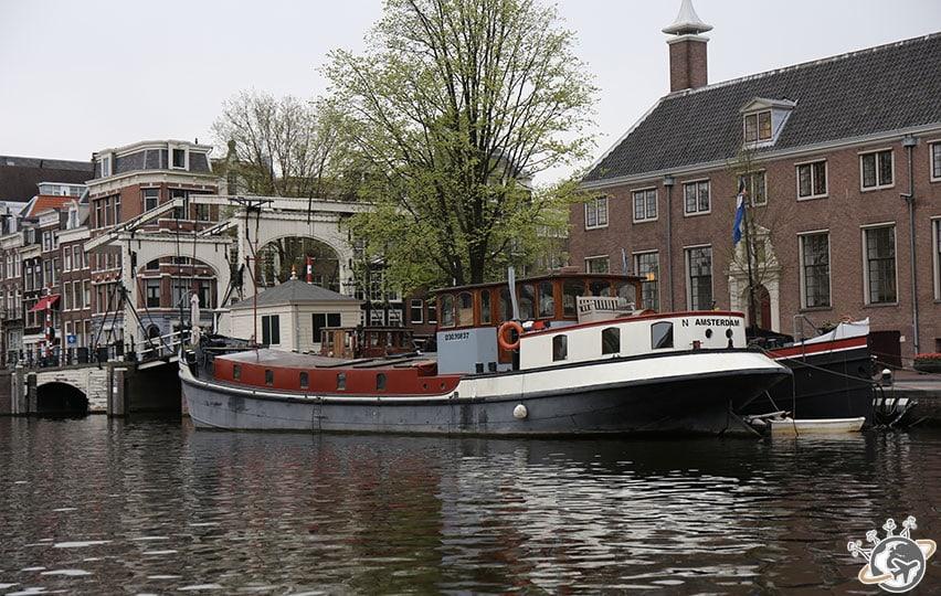 Les péniches sur les canaux d'Amsterdam mais sous un ciel un peu gris.