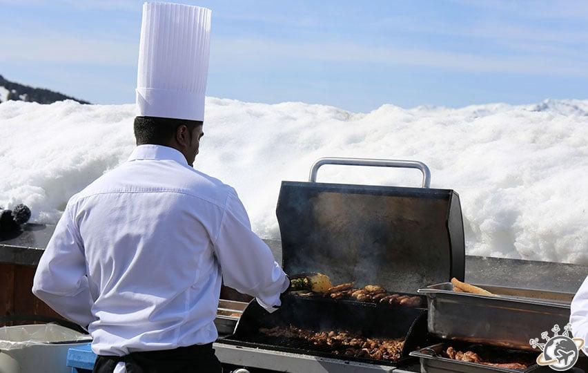 Barbecue avec vue sur la montagne.