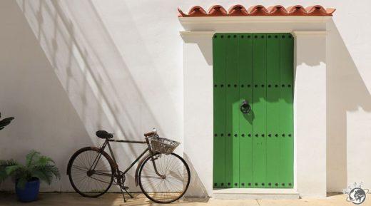 Une bien jolie porte verte dans la cour de Tropico, un brunch barcelonais