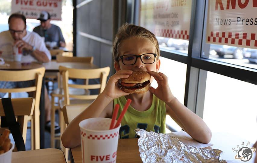 un bon burger de Five Guys en Californie