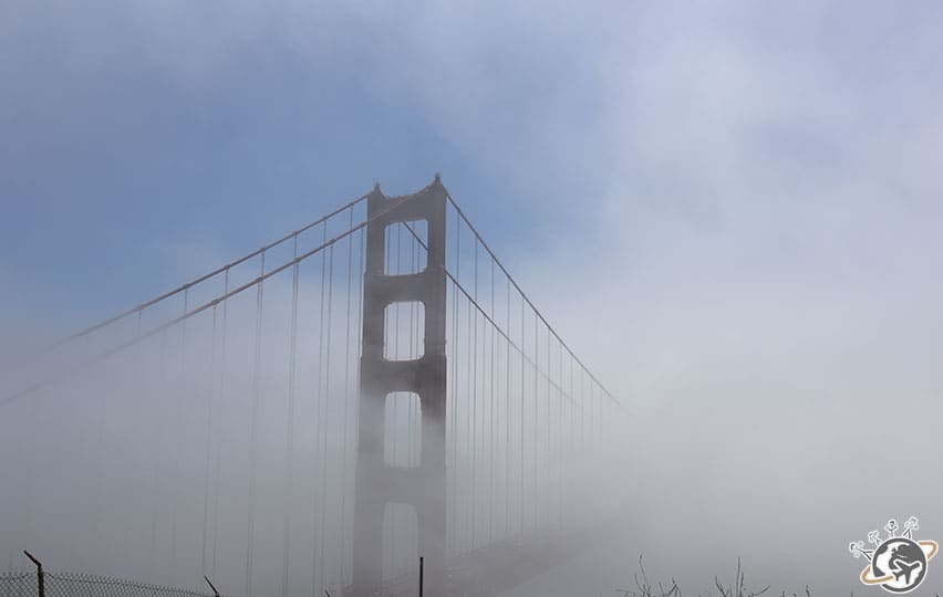 Le Golden Gate Bridge de San Francisco dans le brouillard