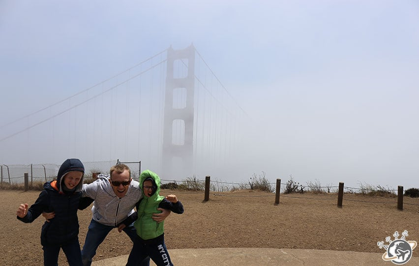 Le Golden Gate Bridge de San Francisco dans le brouillard et le vent