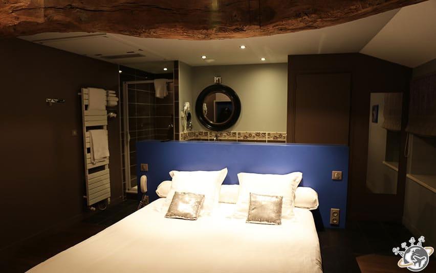 La chambre romantique bleue au Relais Montmartre de Frédéric Carrion