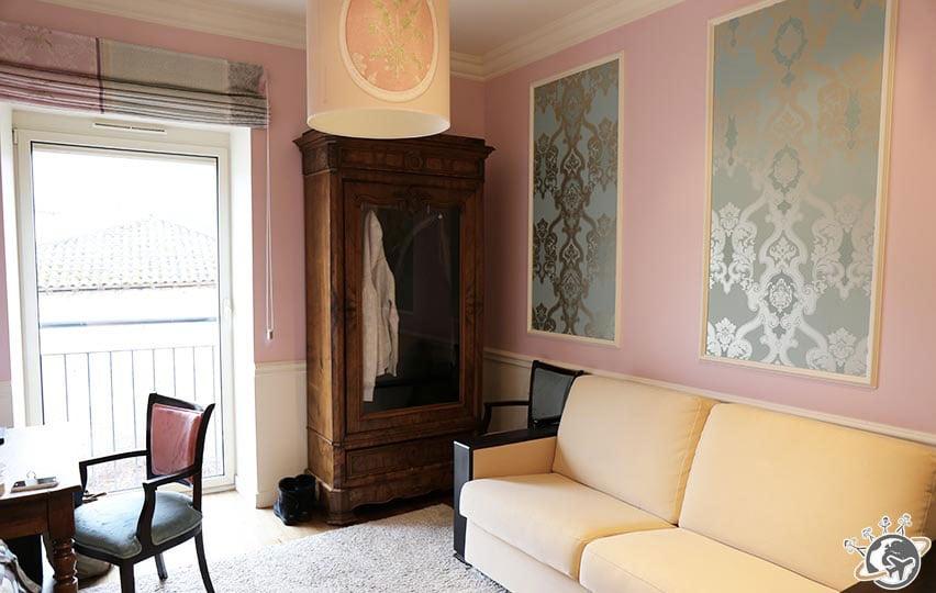vue bureau et fenetre de la chambre romantique rose du Relais de montmartre de Frédéric Carrion