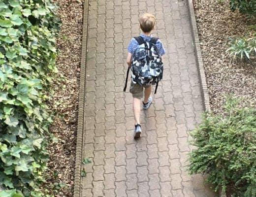Théo sur le chemin de l'école