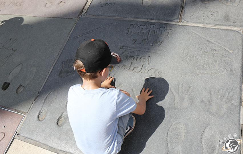 Noé devant les traces de Daniel Radcliffe à Los Angeles en Californie