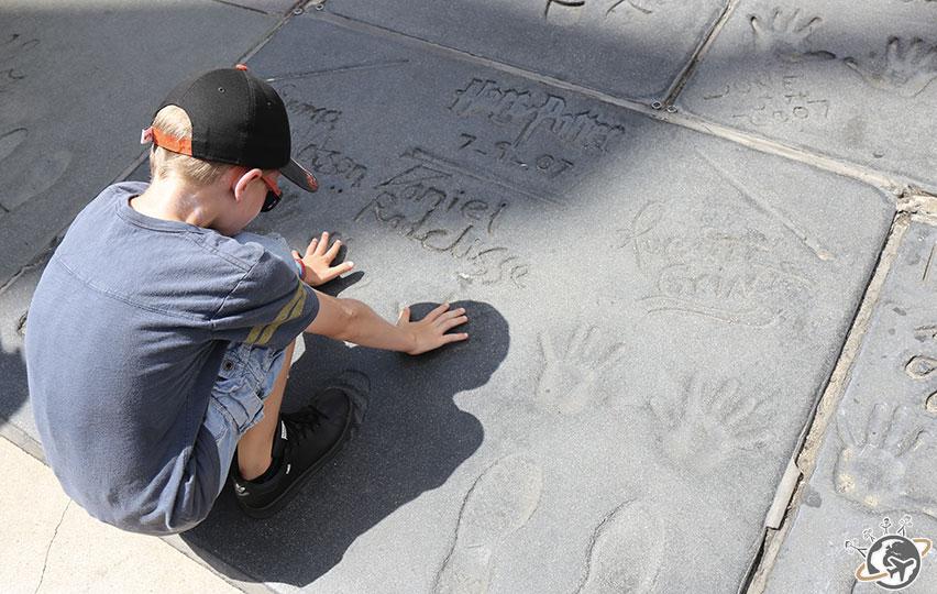 Théo devant les traces de Daniel Radcliffe à Los Angeles en Californie