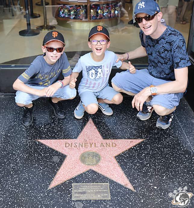 Les Nains et Népoux devant l'étoile de Disney sur le walk of fame à Los Angeles en Californie
