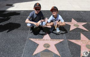 Les Nains devant l'étoile des Dodgers sur le walk of fame à Los Angeles en Californie