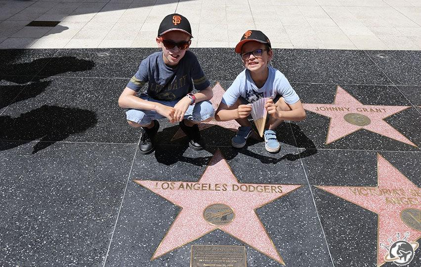 Les Nains devant l'étoile des Dodgers sur le walk of fame à Los Angeles en Californie
