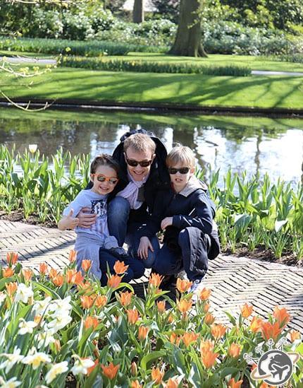 Une famille parmi les fleurs de Keukenhof