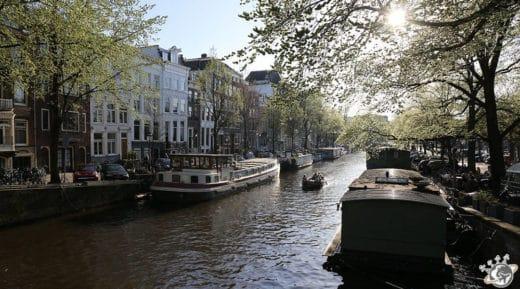 Un canal, des canaux, des bateaux, le doux soleil, Amsterdam est une ville très photogénique.