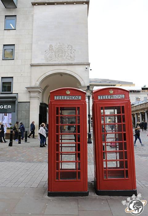 Les cabines rouges devant le marché couvert de Covent Garden à Londres