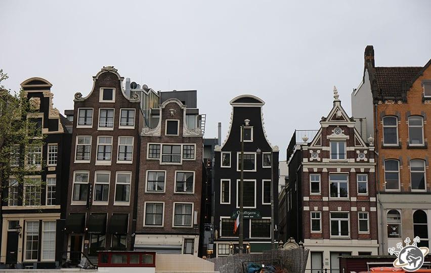 Les magnifiques maisons au bord des canaux à Amsterdam.
