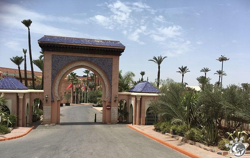 L'entrée de l'hôtel La Palmeraie