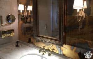 La salle de bain de l'hôtel La Palmeraie