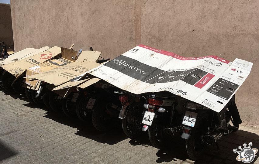 Il faut protéger les mobylettes de la chaleur dans les souks de Marrakech