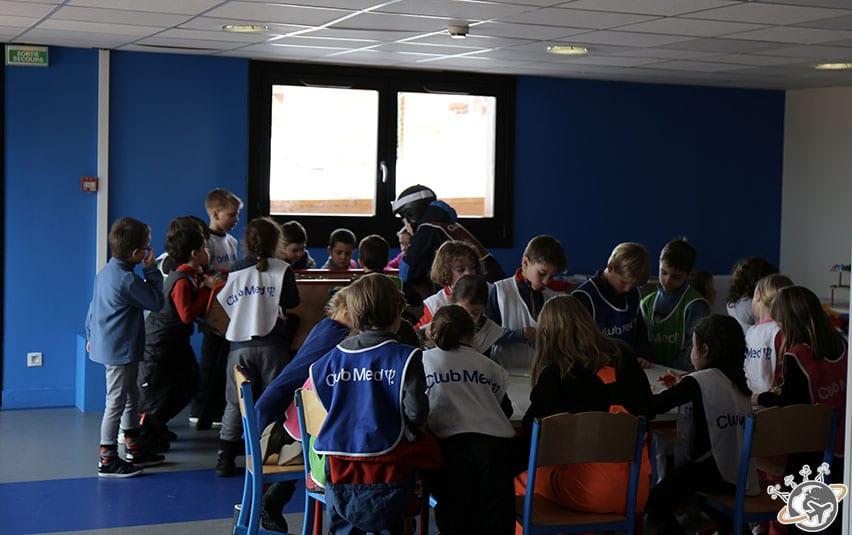 entre 2 cours de ski, les enfants jouent au mini club.