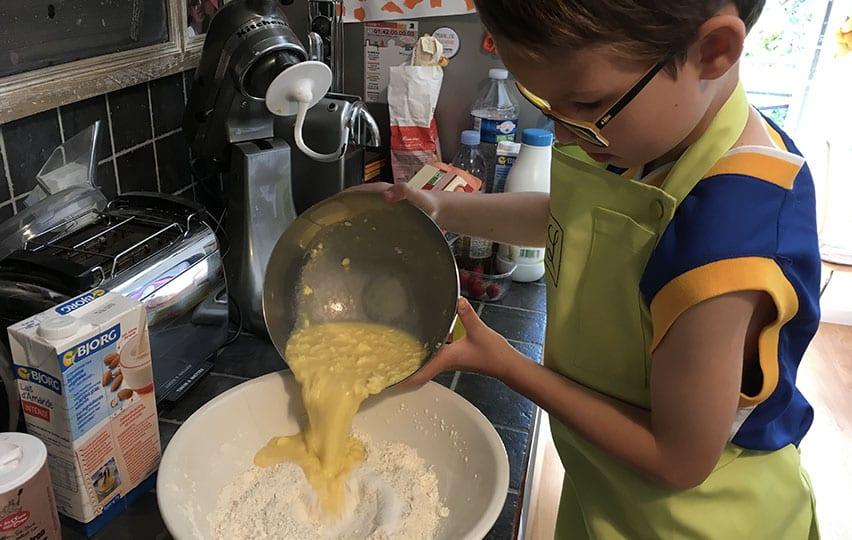 Noé mélange les pâtes