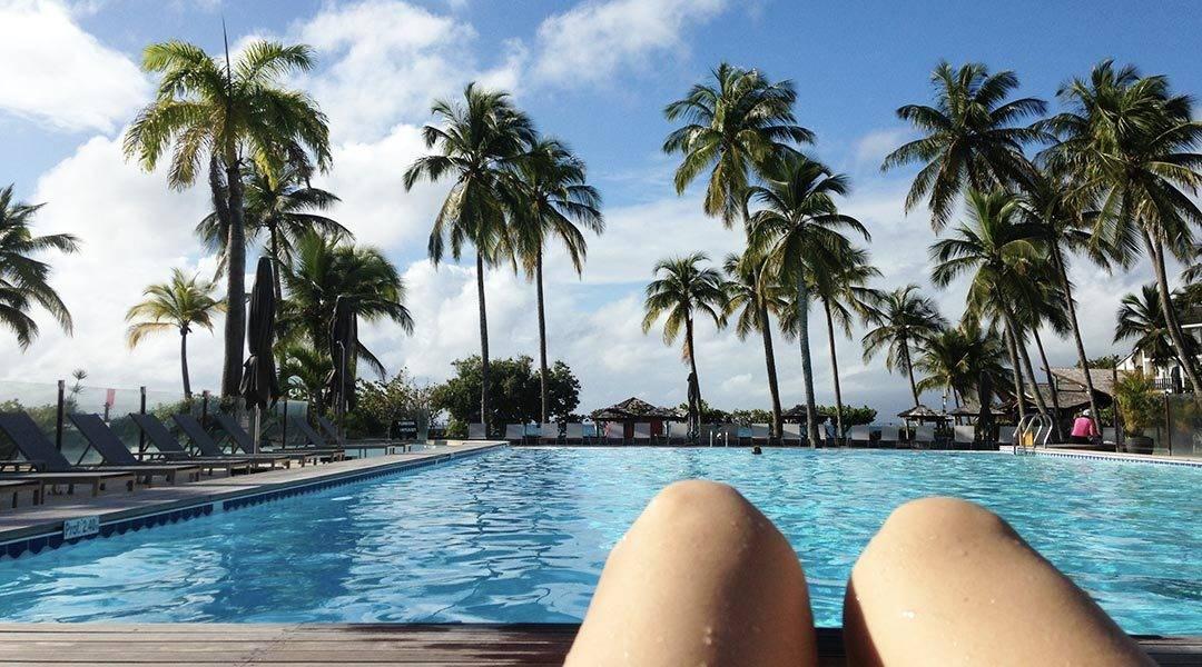 un samedi matin au bord de la piscine de La Créole Hotel Beach & Spa en Guadeloupe