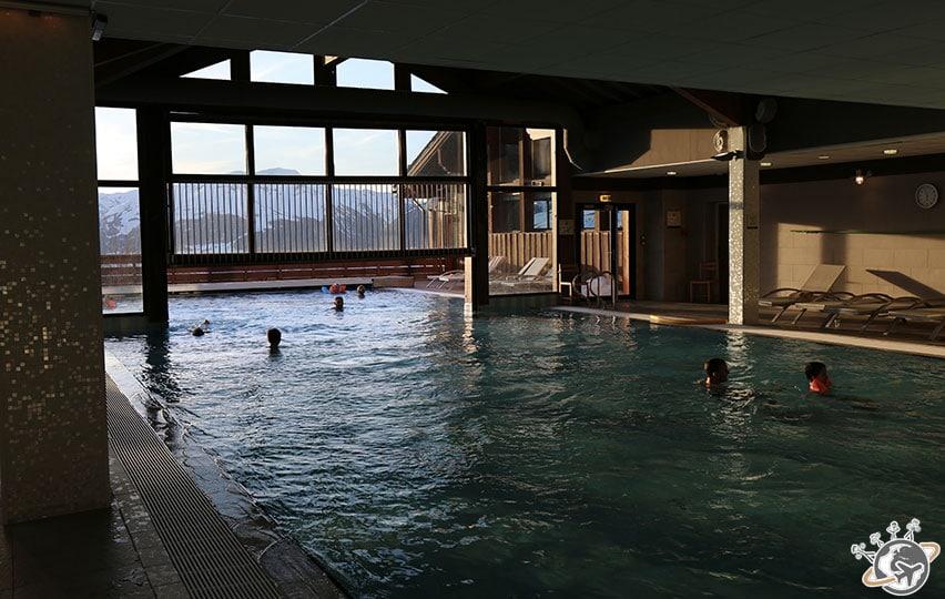 Une bien belle piscine, vue de l'intérieur.