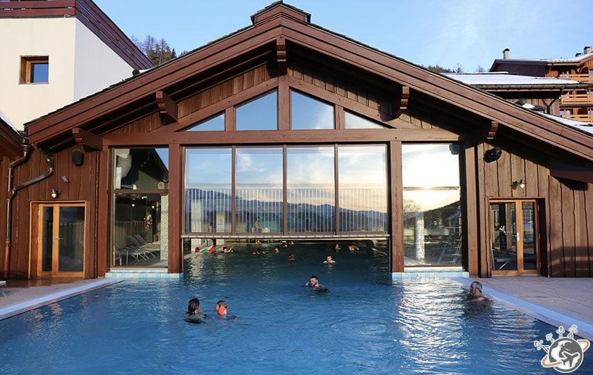 Une bien belle piscine, vue de l'extérieur.