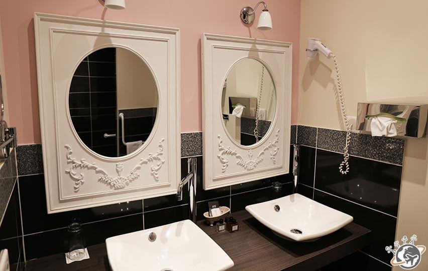 la salle de bain de la chambre romantique rose au Relais de Montmartre de Frederic Carrion