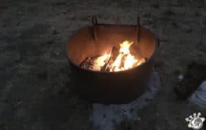 Népoux fait le feu pour le barbecue à El Capitan Canyon près de Santa Barbara