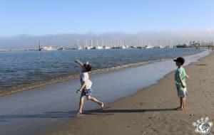 Premiers pas sur la plage de Santa Barbara en Californie