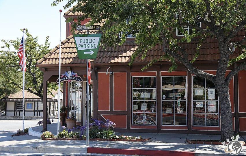 Une rue à Solvang dans le comté de Santa Barbara en Californie