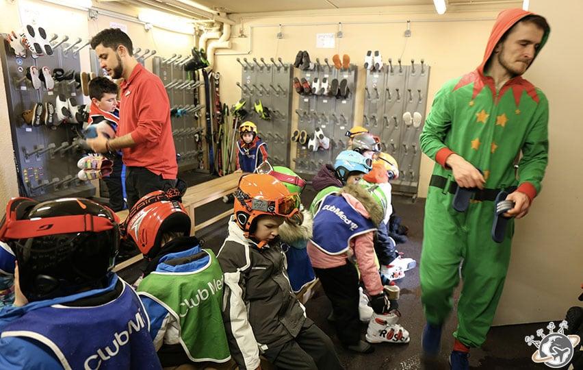 Les enfants au ski room avant de partir skier.