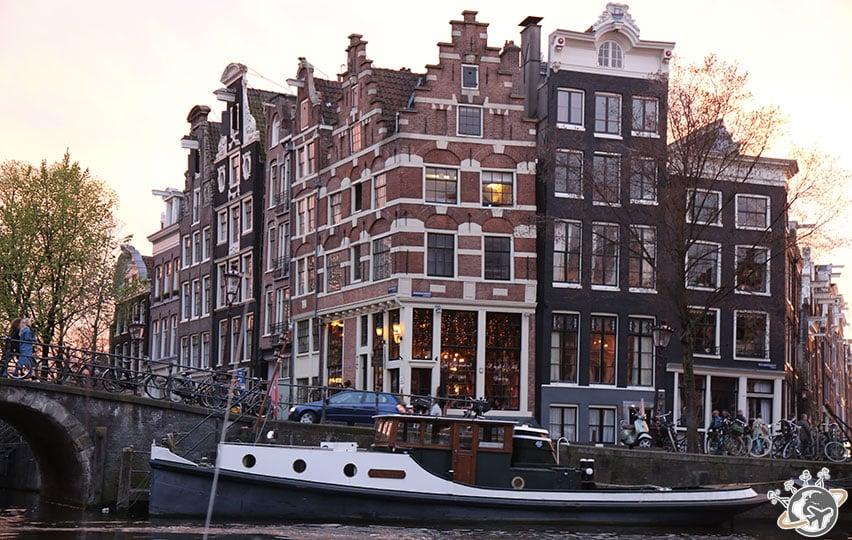 Les canaux d'Amsterdam au soleil couchant.
