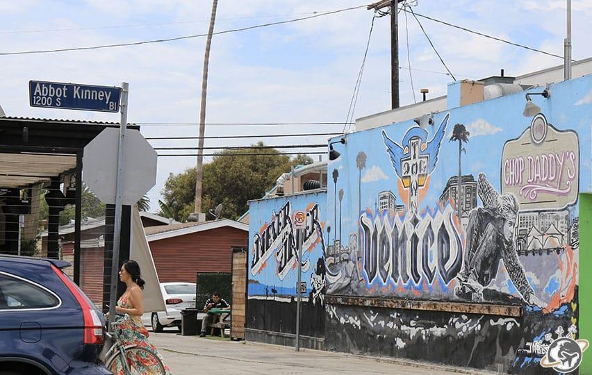 La rue Abbot Kinney à Venice Beach à Los Angeles en Californie