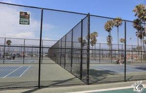 les terrains de tennis à côté du skate park de Venice Beach à Los Angeles en Californie