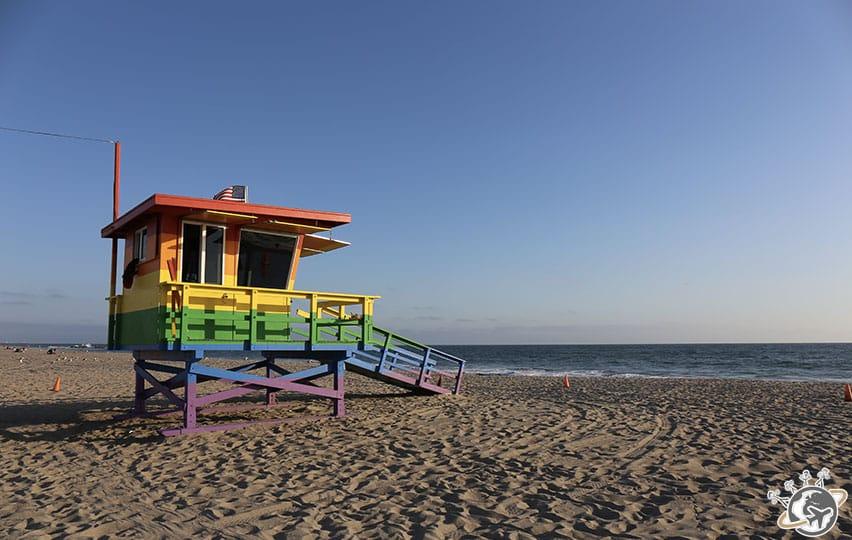 La cabane de sauveteurs multicolore sur la plage en face de notre apparthotel à Venice Beach à Los Angeles en Californie