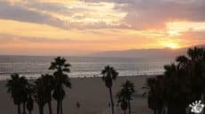 Un coucher de soleil vu du rooftop à Venice Beach à Los Angeles en Californie