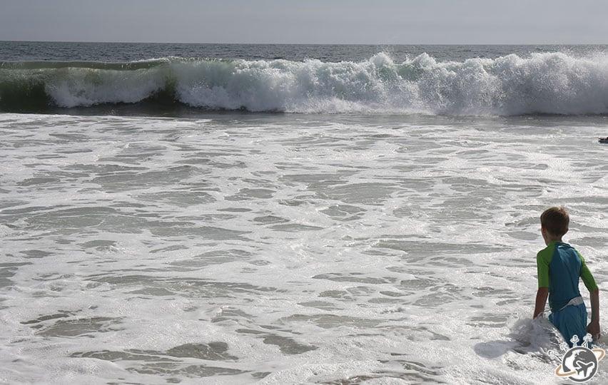 Les vagues sont un super terrain de jeux à Venice Beach à Los Angeles en Californie