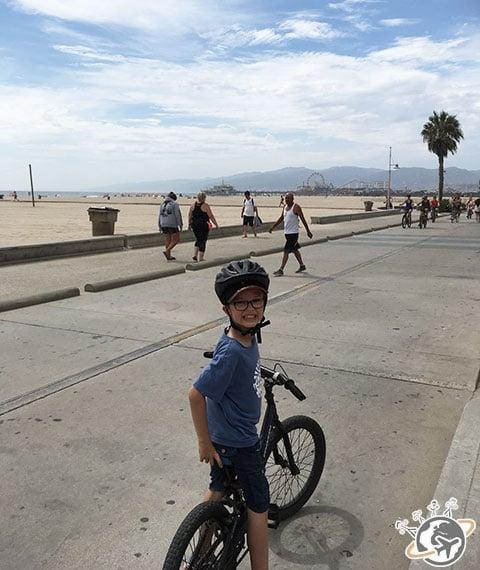Petit Nain sur son vélo vers Santa Monica en Californie