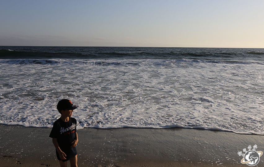 Noé est bien sur la plage en face de notre apparthotel à Venice Beach à Los Angeles en Californie