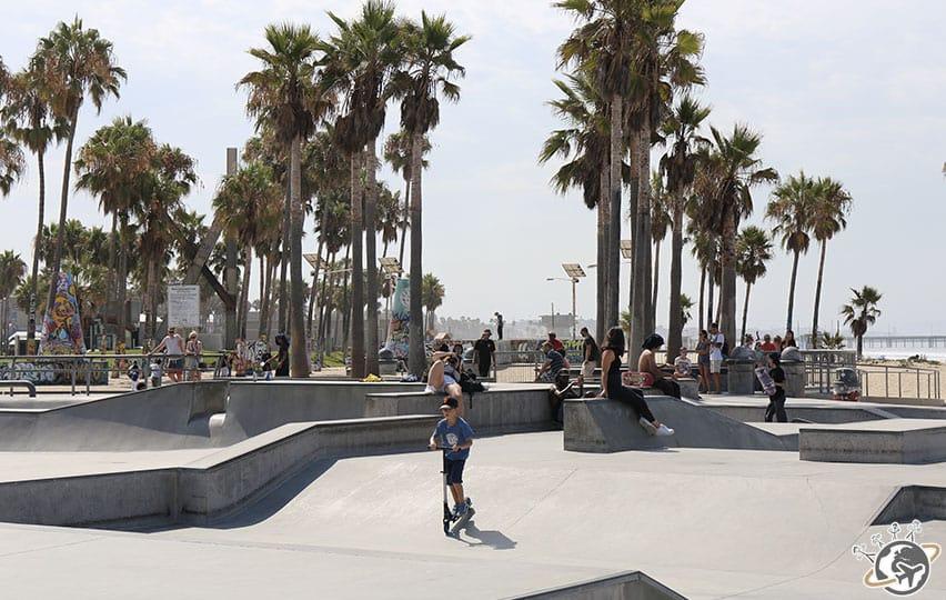 Noé en trottinette dans le skate park de Venice Beach à Los Angeles en Californie