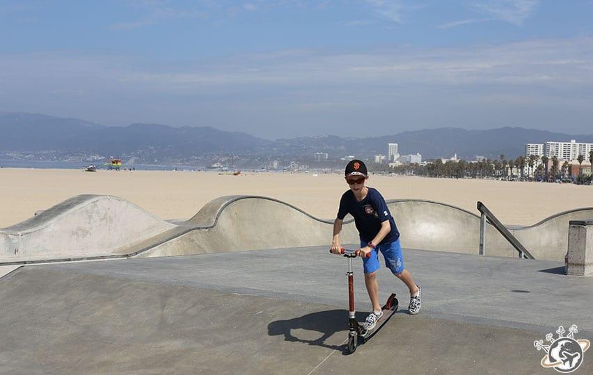 Théo au skate park de Venice Beach à Los Angeles en Californie