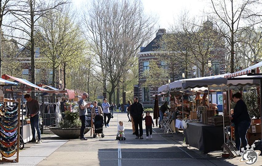 Beaucoup de familles se promènent le dimanche dans Westerpark.
