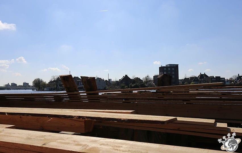 Stockage du bois derrière le moulin.