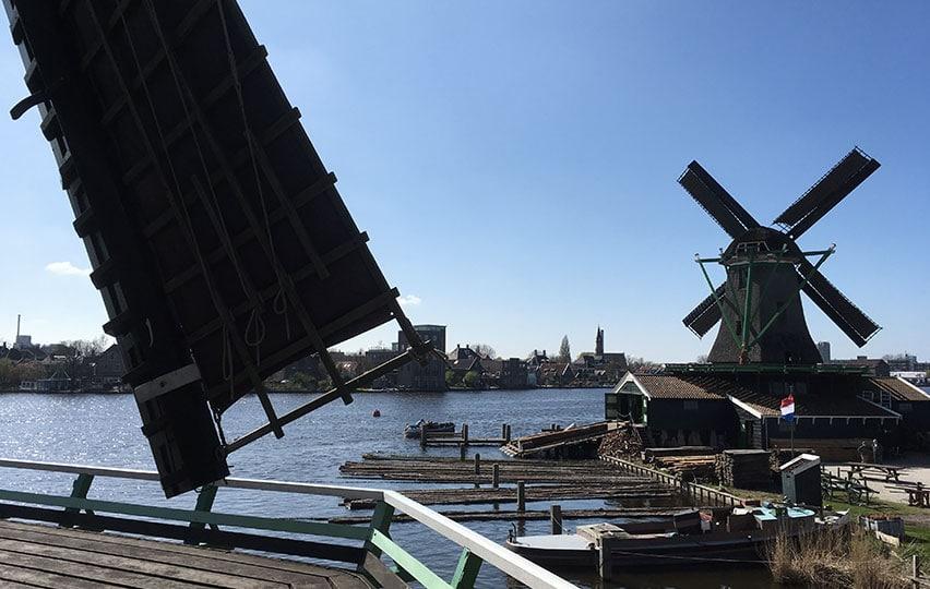 Le joli moulin qui scie du bois, vu du moulin qui fait de l'huile de lin.