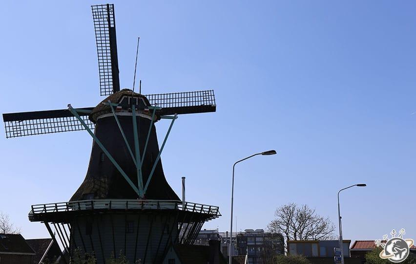 Un moulin au milieu de la ville.