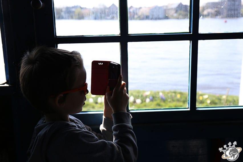 Moulin avec vue. Noé découvre la photo.