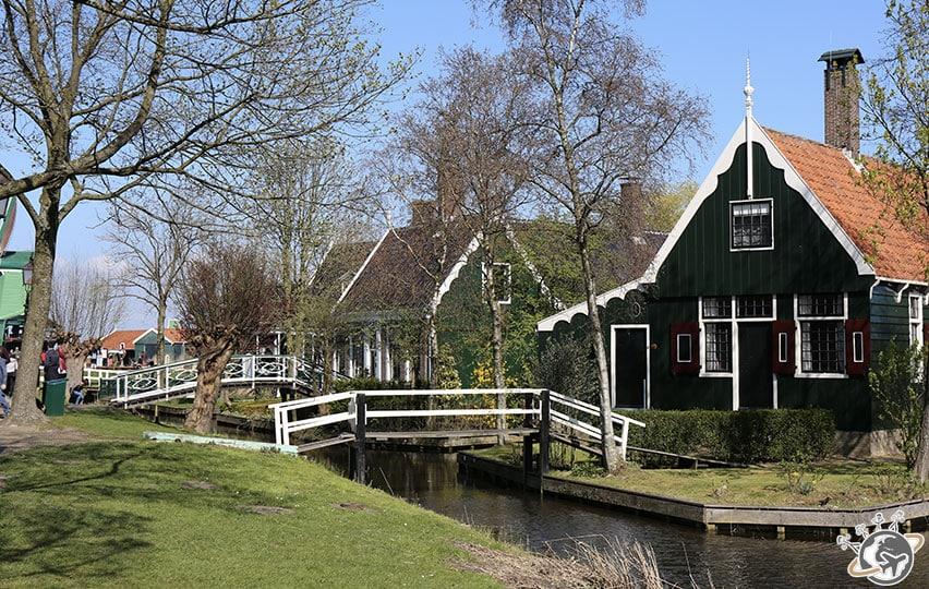 Le magnifique village de Zaanse Schans se compose de très jolies maisons autour des moulins.